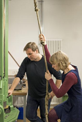 Elwy Schutten mit Fabian Jäger beim Hohlprägen. Fotografie: Winfried Reinhardt